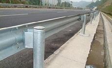 下面就给大家介绍一下高速公路上常见的几种护栏和特