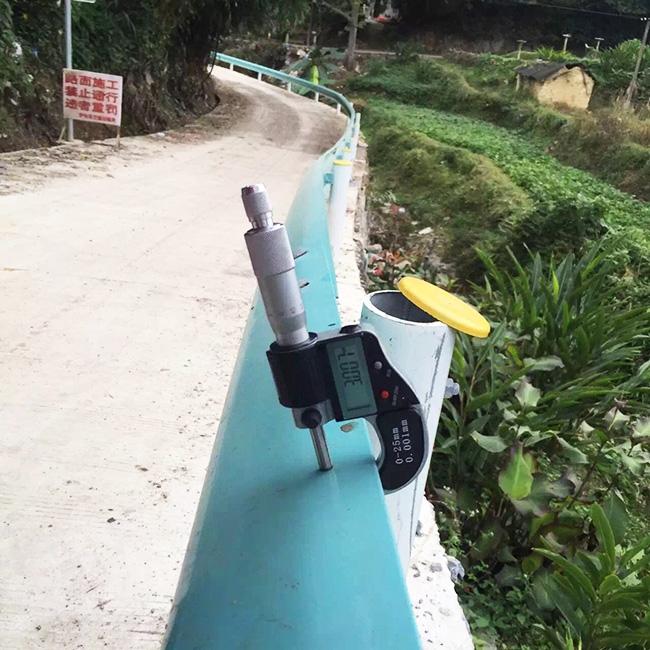 贵阳某路段公路防撞护栏施工现场