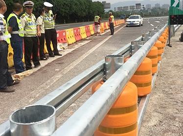 绕城高速协睦立交旋转防撞护栏安装